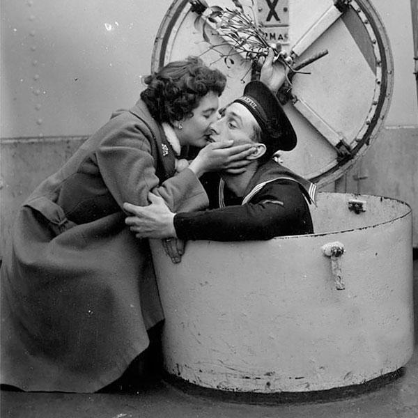 D. Brown beija seu noivo Terry, marinheiro a bordo do HMS Wakeful, em 1955.