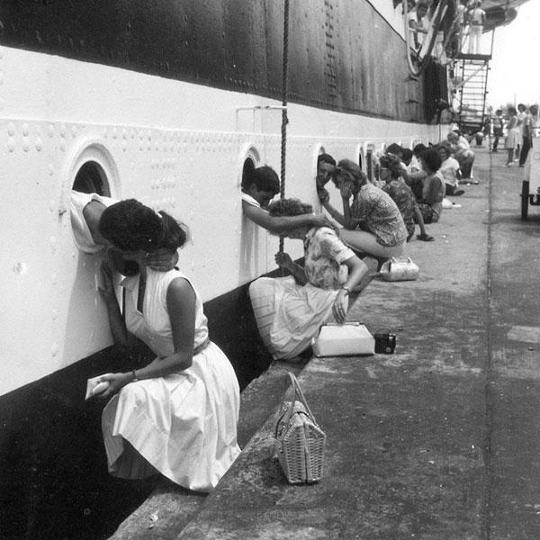 Casais se beijam antes do embarque de tropas para o Egito, em 1963.