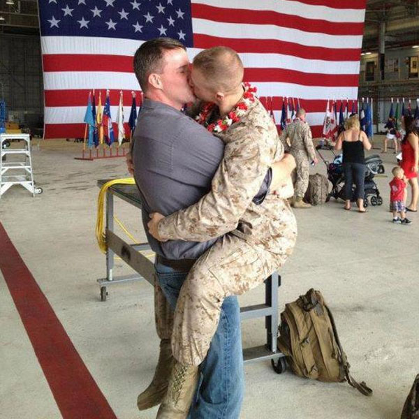 Sargento Brandon Morgan reencontra o namorado após 5 meses no Afeganistão, em 2012.