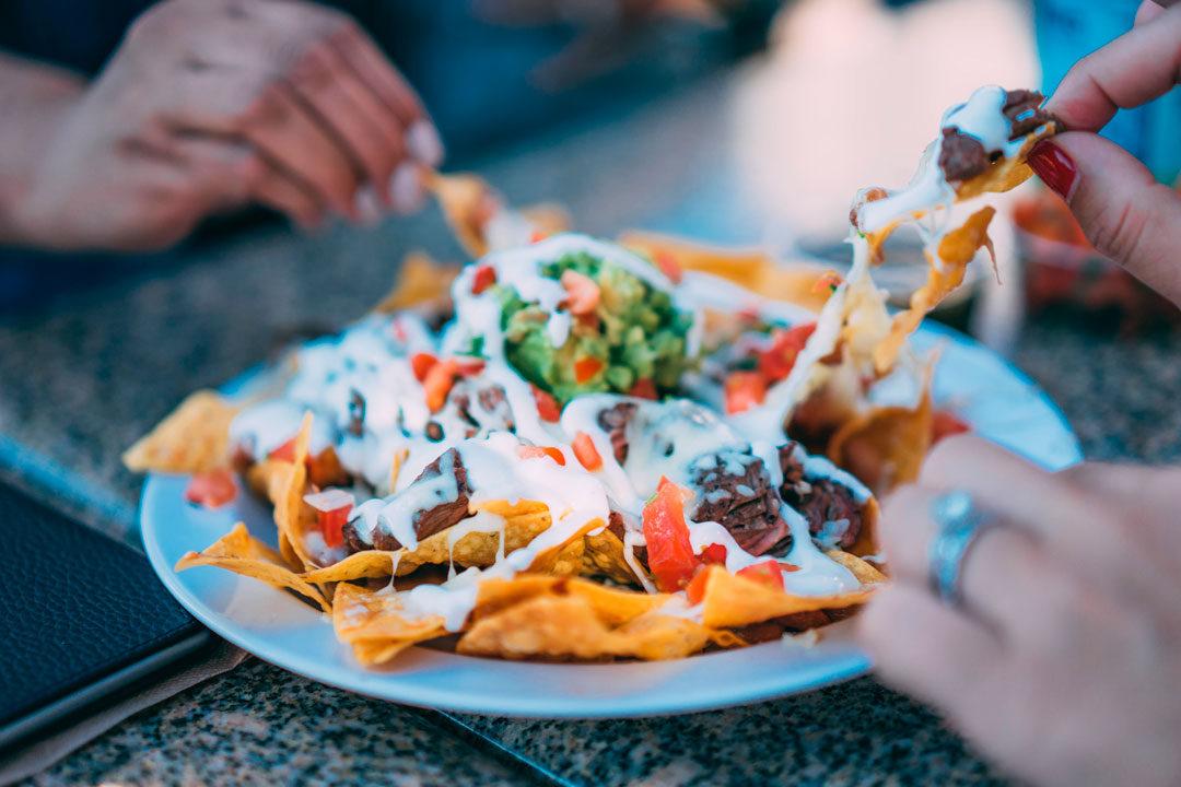 receitas-comida-mexicana-chilli-taco-nacho-pico-de-gallo-guacamole-sour-cream-margarita-quesadilla-um-cafe-pra-dois